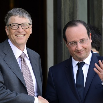 French President Francois Hollande (R) welcomes Bill Gates, the co-Founder of the Microsoft company and co-Founder of the Bill and Melinda Gates Fondation, at the Elysee Presidential Palace, in Paris, France, on April 1, 2014. AFP PHOTO / ERIC FEFERBERG / AFP / ERIC FEFERBERG